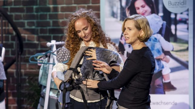 Gründerin Bettina Stomper-Rosam mit ihrer Babytrage. © Gerry Franke / Puls 4