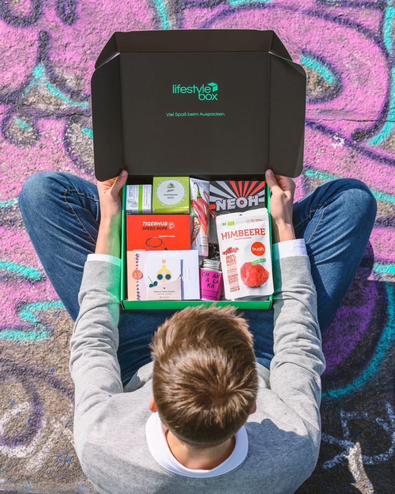 Moritz Lechner mit seiner neuen Lifestylebox. © Freebiebox