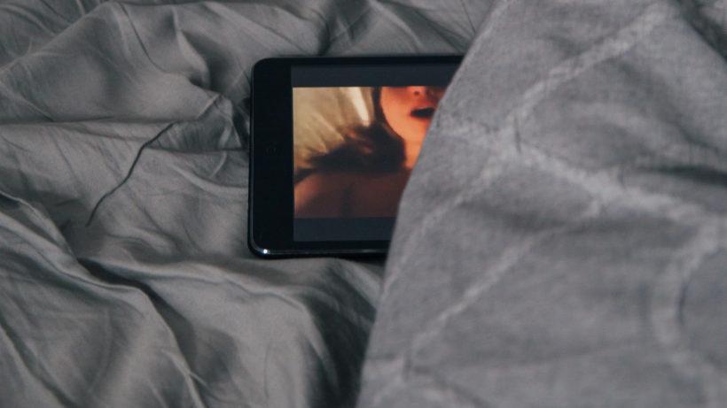 Pornovideo am Smartphone-Display. © Photo by Charles Deluvio on Unsplash