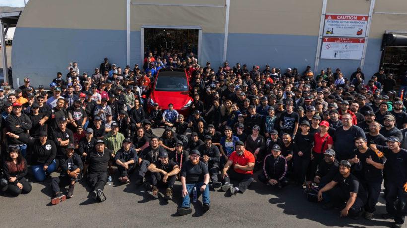 Tesla-Mitarbeiter versammeln sich um Wagen Nr. 1.000.000. © Tesla