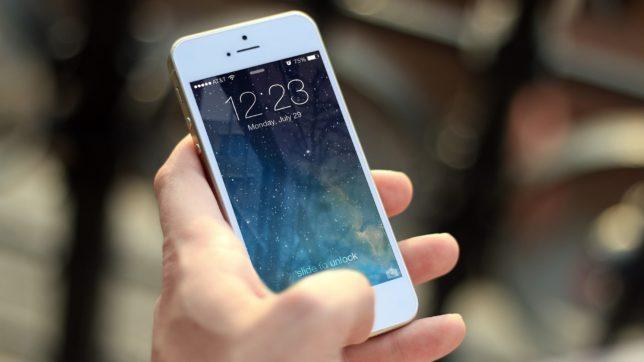 Das Smartphone weiß, wo sich der Nutzer bewegt. © Jan Vašek / Pixabay