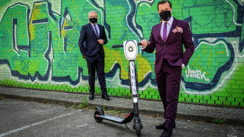 Der Linzer Bürgermeister Klaus Luger und Tabakfabrik-Mastermind Chris Müller mit dem neuen AtmoScooter © ATMOS/Gerhard Gruber