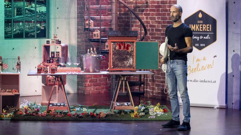 Florian Peterstorfer präsentiert Die Imkerei bei 2 Minuten 2 Millionen © Gerry Frank/ Puls 4
