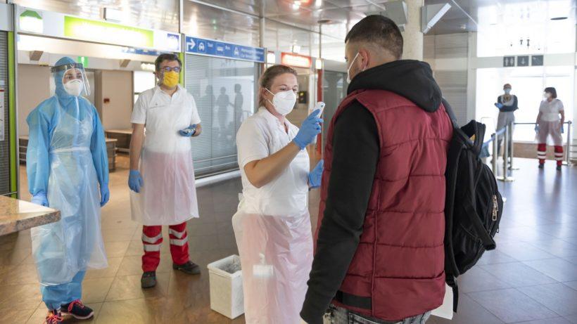 Bei allen Passagieren wurde noch am Flughafen Temperatur gemessen und ein Abstrich für den Corona-Test gemacht.