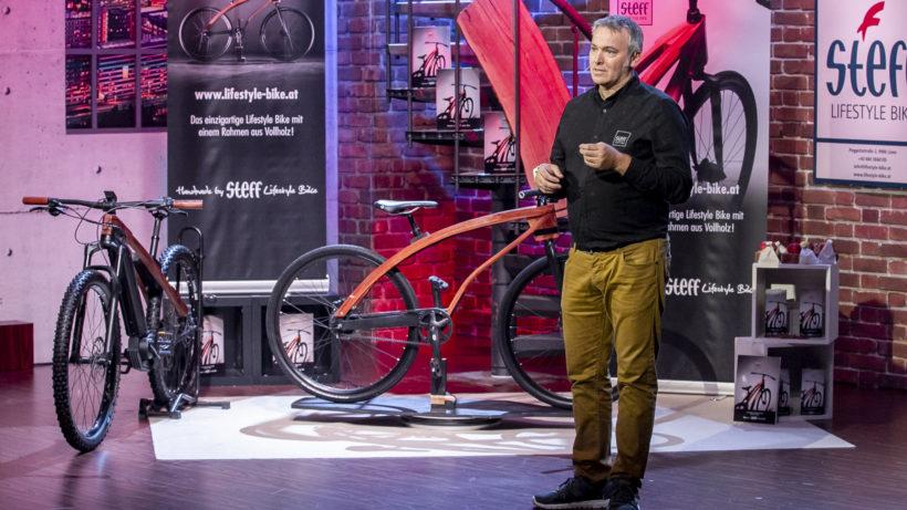 Steffen Ortner präsentiert seine Lifestyle Bikes bei 2 Minuten 2 Millionen © Puls4/Gerry Frank