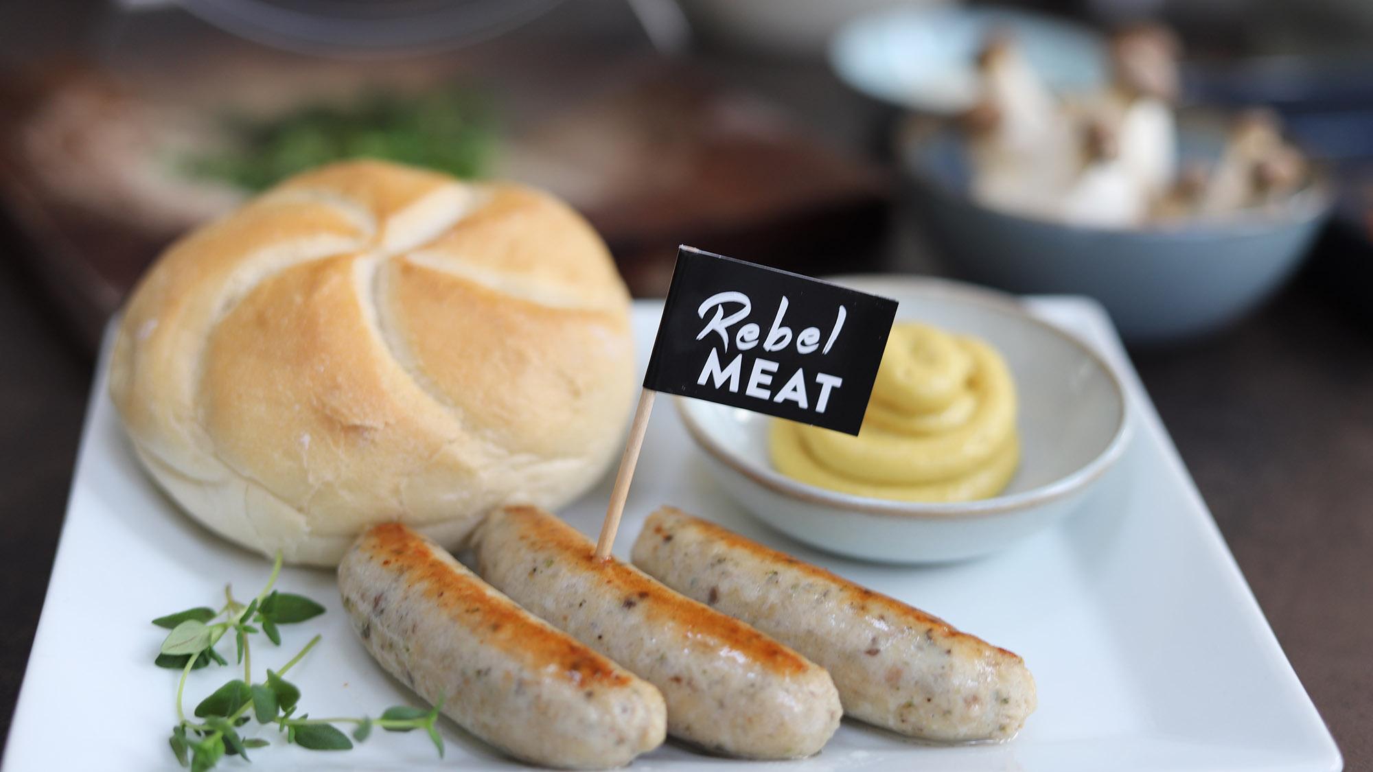 Schmeckt wie Bratwurst, ist aber zur Hälfte aus Reis und Pilz © Rebel Meat