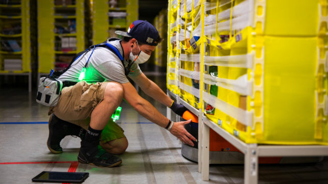 Amazon-Arbeiter in Logistikzentrum. © Amazon