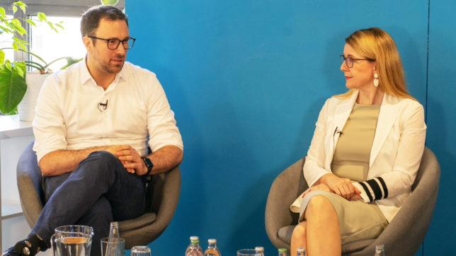 Anyline-Chef Lukas Kinigadner und Wirtschaftsministerin Margarete Schramböck. © Anyline