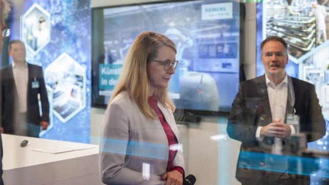 Wirtschaftsministerin Margarete Schramböck im Digilab von Siemens. © Siemens Austria