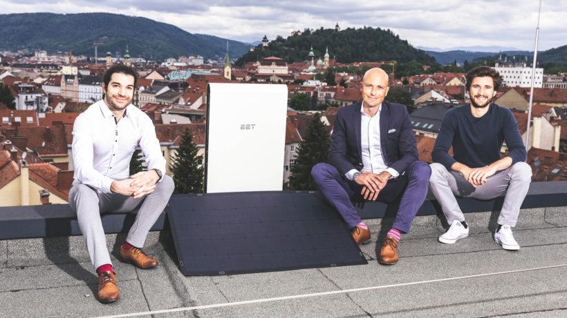 """Science Park Graz-Chef Martin Mössler (M.) mit Christoph Grimmer (r.) und Jan Senn von EET mit dem """"SolMate"""". © SPG/Luef"""