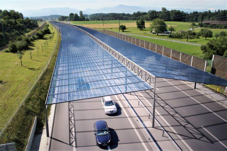 """Diese Visualisierung stammt vom Schweizer Büro """"labor3"""" und zeigt, wie eine Autobahn mit Solarpanelen aussehen könnte. © labor3"""