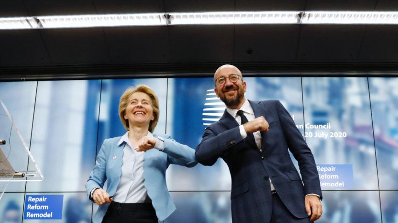 Van der Leyen und Charles Michel beim Ellbogen-Check. © www.consilium.europa.eu