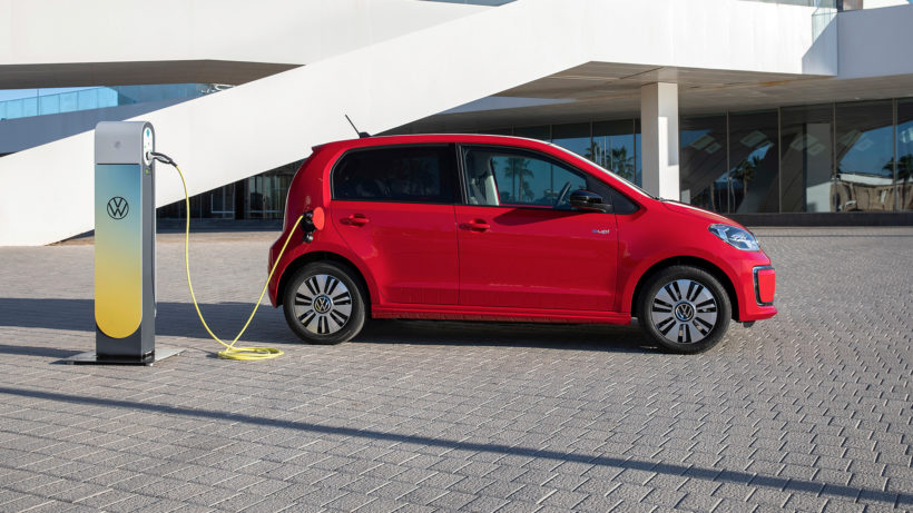 Der e-up! von Volkswagen an der Ladesäule. © Volkswagen