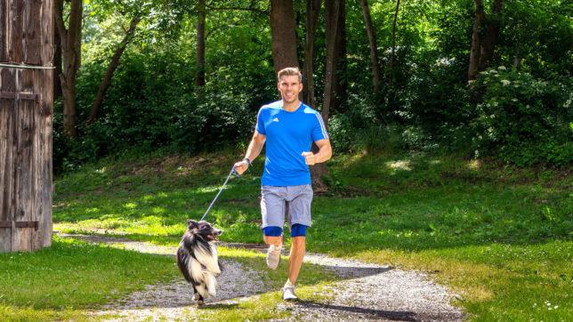 Florian Gschwandtner beim Laufen mit Hund. © Tractive