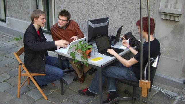 Das Soup.io-Gründungsteam am Gehsteig vor dem Metalab in Wien. © Soup.io