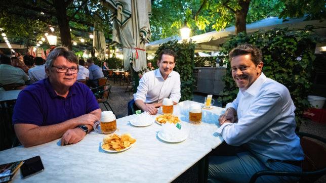 Bundeskanzler Kurz auf ein Bier mit WKÖ-Präsident Mahrer und ÖGB-Präsident Katzian. © BKA/Arno Melicharek