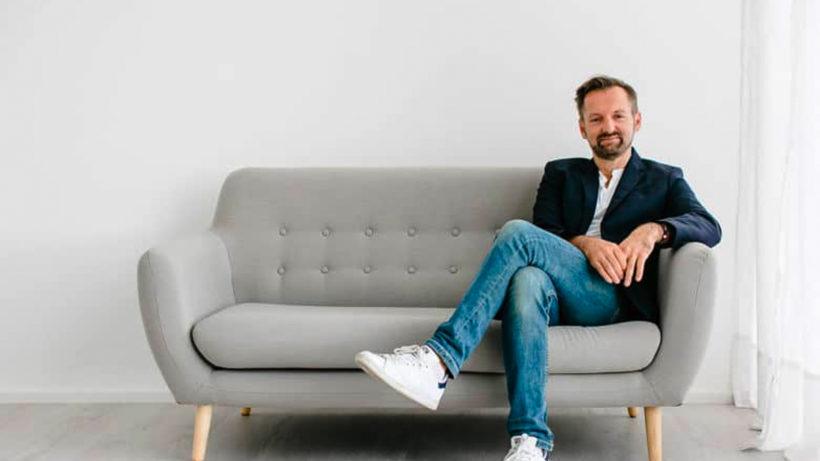 Rudi Bauer auf der Couch. © StepStone