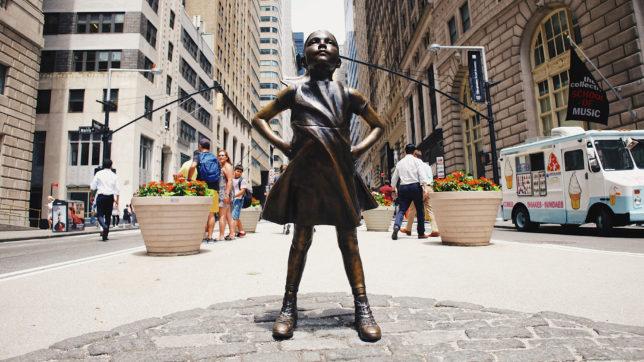 Statue eines kleinen Mädchens gegenüber des Wall-Street-Bullen. © Robert Bye on Unsplash
