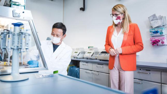 Wirtschaftsministerin Schramböck bei Hexogen im Labor. © FFG