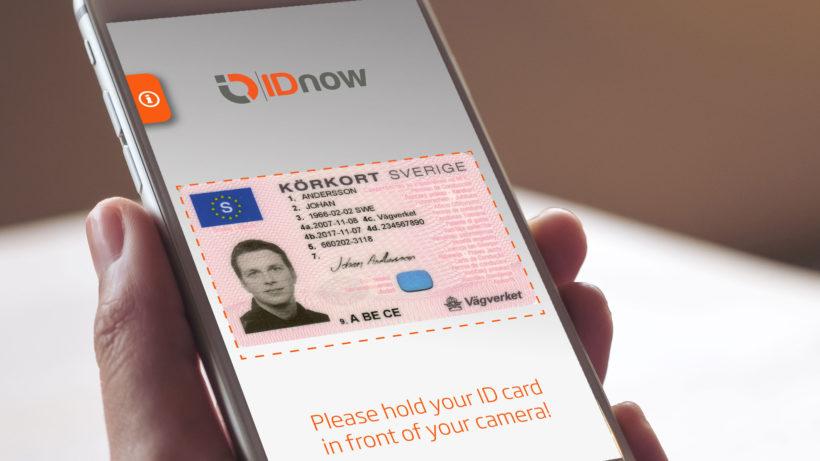 Reisepass per App von IDnow identifizieren. © IDnow