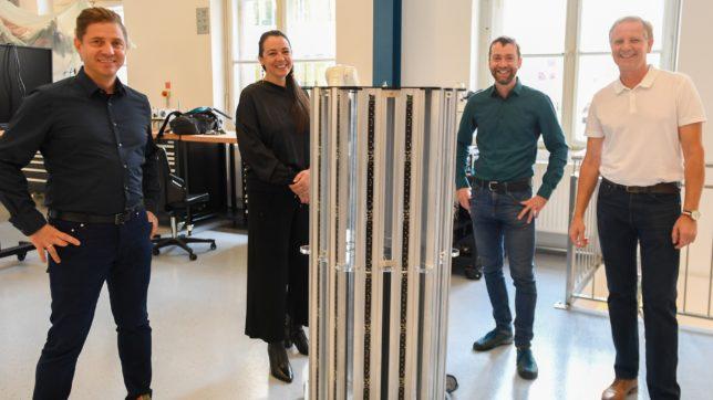 """Gerald Kohler, Felicitas Kohler von Planlicht mit Ronald Stärz und Harald Schöbel (MCI) mit einem Prototyp des """"seTUBE Gondola"""". © MCI Planlicht/Spiess"""