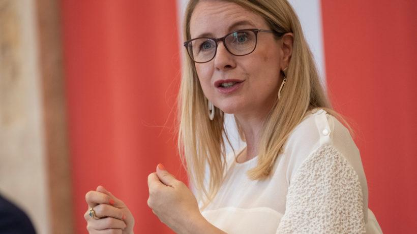 Wirtschaftsministerin Margarete Schramböck (ÖVP) präsentierte heute den KI-Martkplatz. © BMDW/Hartberger
