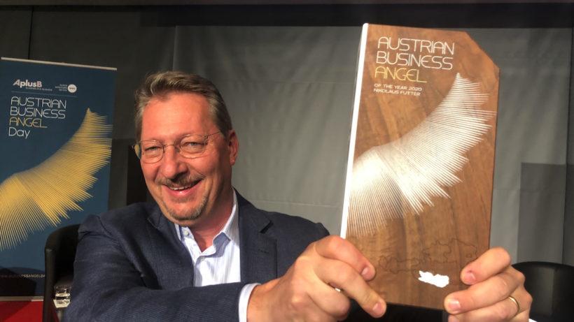 Neuer aaia-Präsident Nikolaus Futter mit der Auszeichnung zum Business Angel des Jahres © Trending Topics