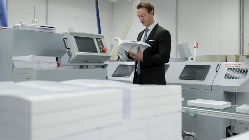 Finanzminister Gernot Blümel in der Druckerei. © BMF