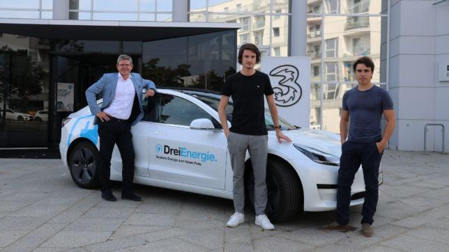 Drei-CCO Rudolf Schrefl, Eloop-CEO Nico Prugger und Eloop-COO Maximilian Schalkhammer mit dem ersten Tesla der Flotte. © Drei
