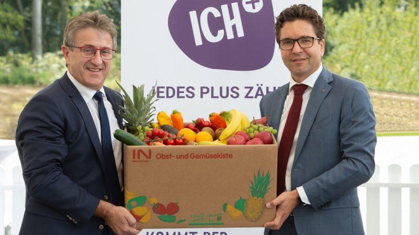 Manfred Hohensinner, Geschäftsführer ICH+ und Markus Kaser, Geschäftsführer von Interspar Österreich mit einer Obst- und Gemüsekiste. © Rene Strasser
