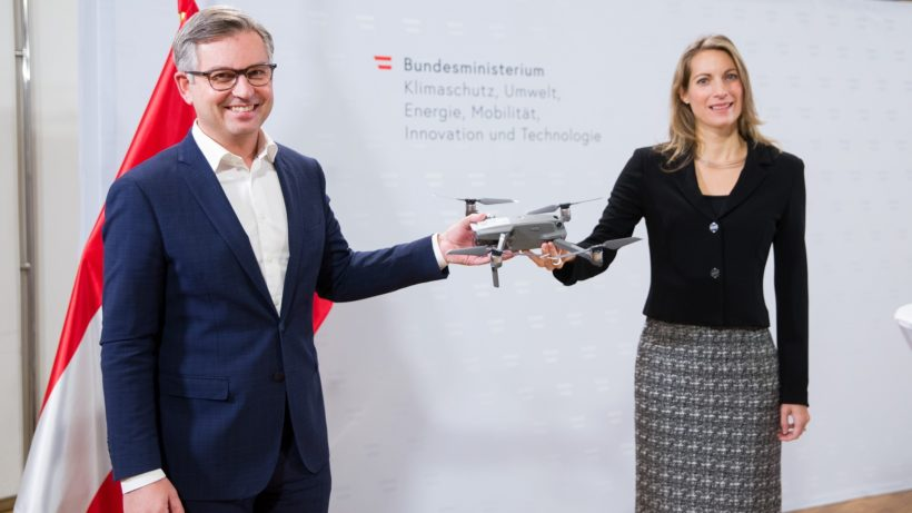 Stellten den Drohnenführerschein vor: Luftfahrtstaatssekretär Magnus Brunner und Austro Control-Geschäftsführerin Valerie Hackl. © BKA/Dunker