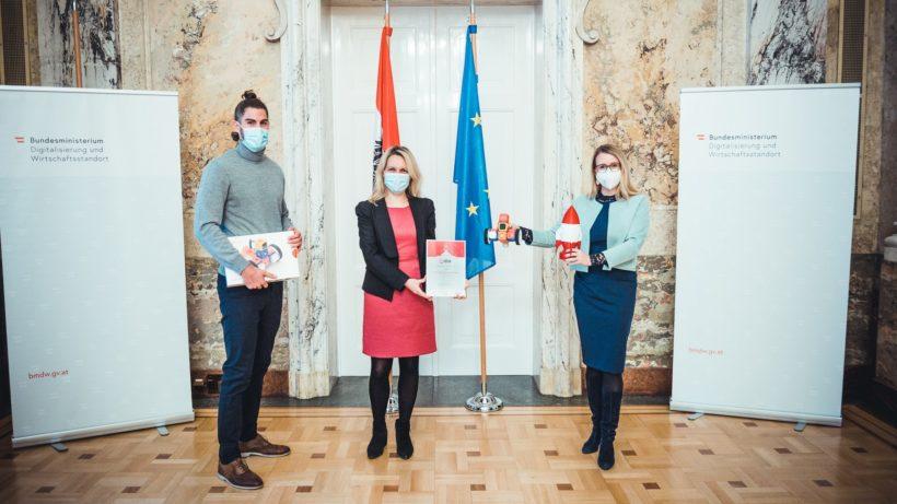 """Anna Iarotska und Robo Wunderkind erhalten den Siegerpreis """"Digitale Innovationen aus und für Österreich"""". © Philipp Hartberger"""