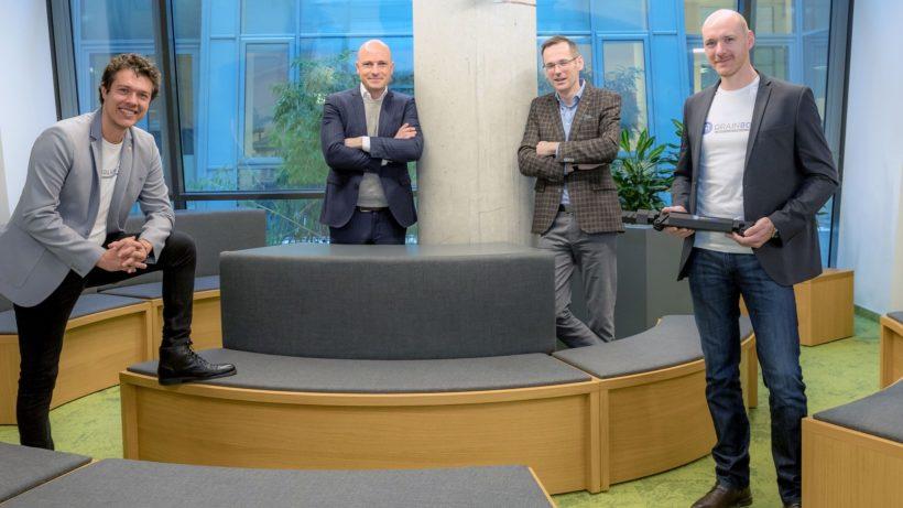 Die beiden DrainBot-Geschäftsführer Slevan Stekovic und Philipp Lepold (jeweils außen) mit Science Park Graz-Chef Martin Mössler (2. v. l.) und Steiermärkische-Vorstand Oliver Kröpfl. © DrainBot GmbH