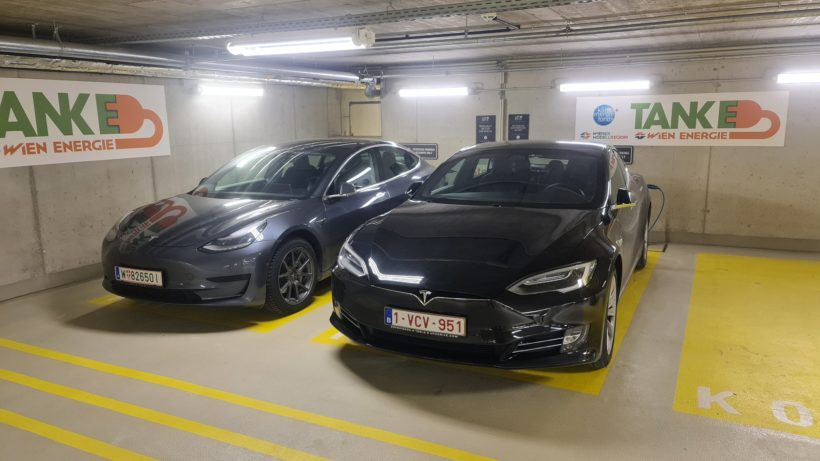 Der Parkplatz von Ufodrive: Links unser Model 3, rechts das Model S. © Trending Topics / Oliver Janko
