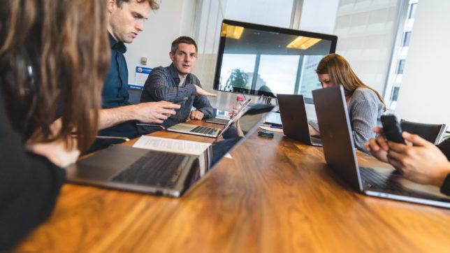 Coinbase-Mitarbeiter im Meeting. © Coinbase
