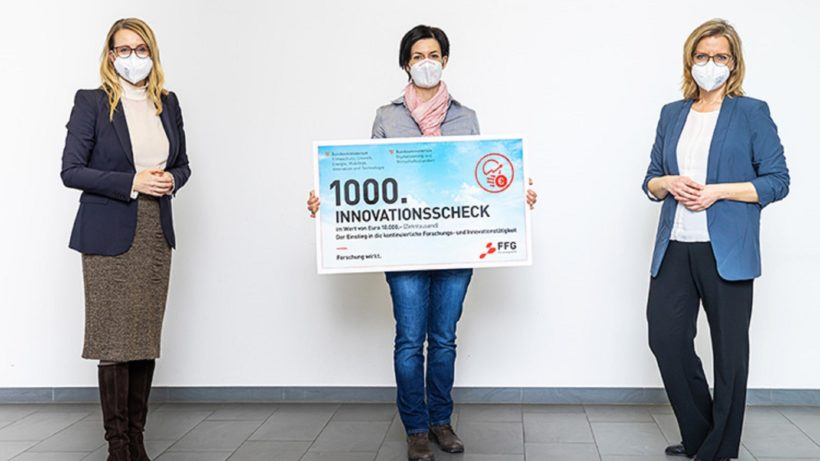 Klimaschutzministerin Gewessler und Wirtschaftsministerin Schramböck mit Kathrin Zettel, Gesellschafterin der Blue Power GmbH, die den Innovationsscheck bereits beantragt hat. © FFG / Astrid Knie