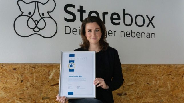 Magdalena Mathoi, Head of Business Development bei Storebox mit der Urkunde des Deutschen Franchiseverbands. © Storebox