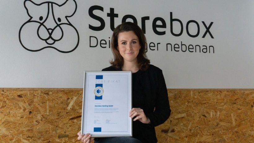 Magdalena Mathoi, Head of Business Development bei Storebox mit der Urkunde des Deutschen Franchiseverbands. © Storebox