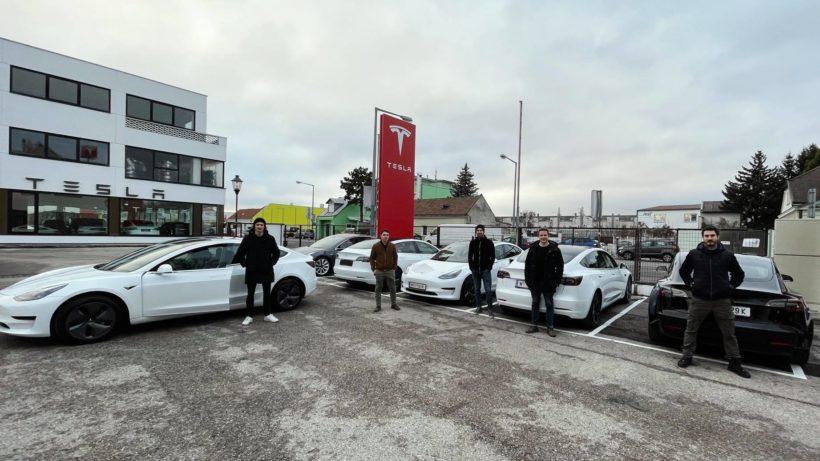 Eloop-Team mit Tesla-Fuhrpark. © Eloop