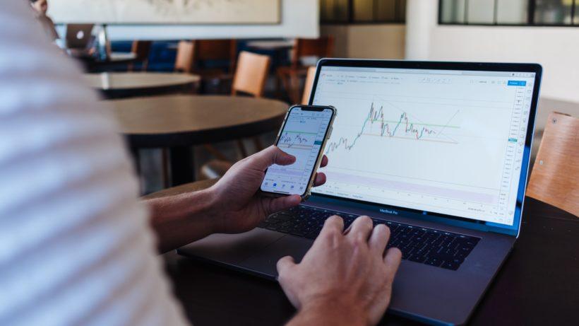 Online-Trading. © Jason Briscoe on Unsplash