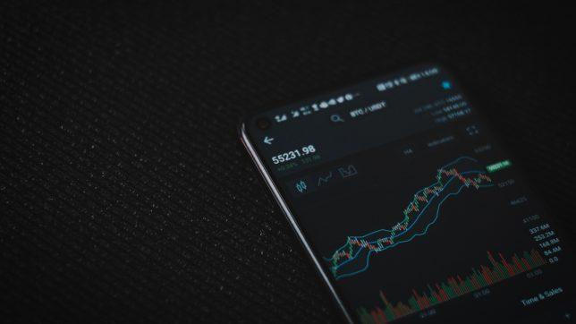 Bitcoin Trading am Smartphone. © Viktor Forgacs on Unsplash