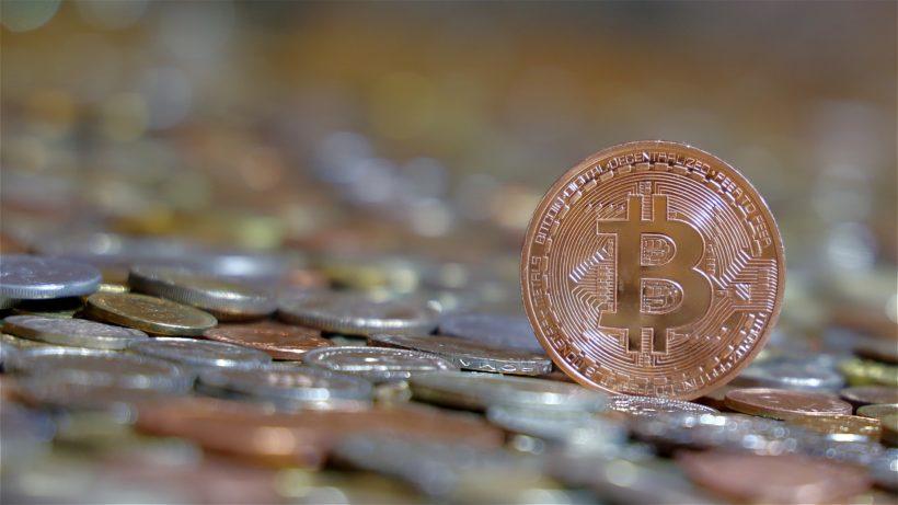 Bitcoin auf Fiatgeld. © Franz W. auf Pixabay