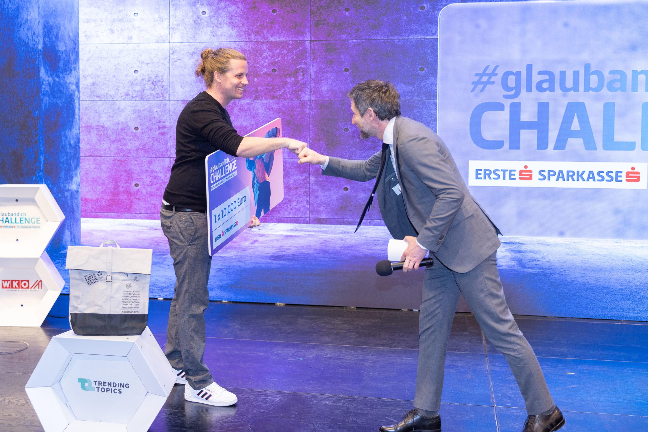 enspired-CEO Jürgen Mayerhofer bekommt Preis von Erste-Vorstand Thomas Schaufler. © Daniel Hinterramskogler