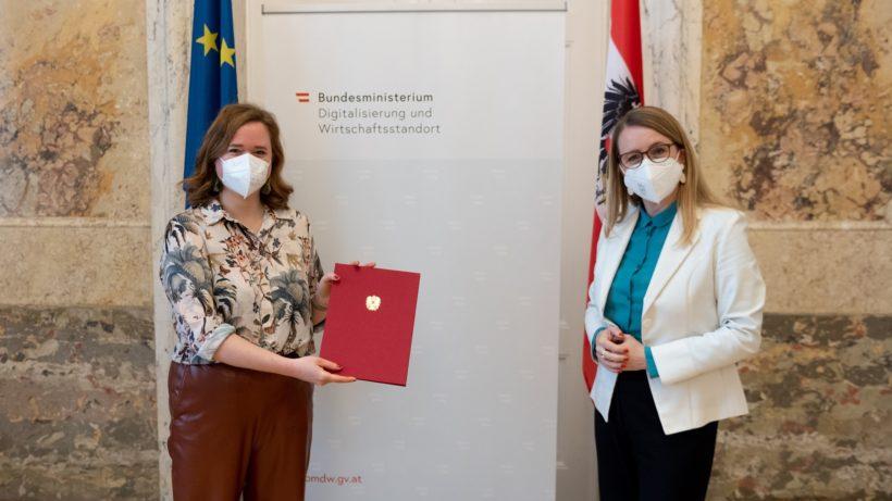 Wirtschaftsministerin Margarete Schramböck mit der neuen Startup-Beauftragten Lisa-Marie Fassl © BMDW/Hartberger