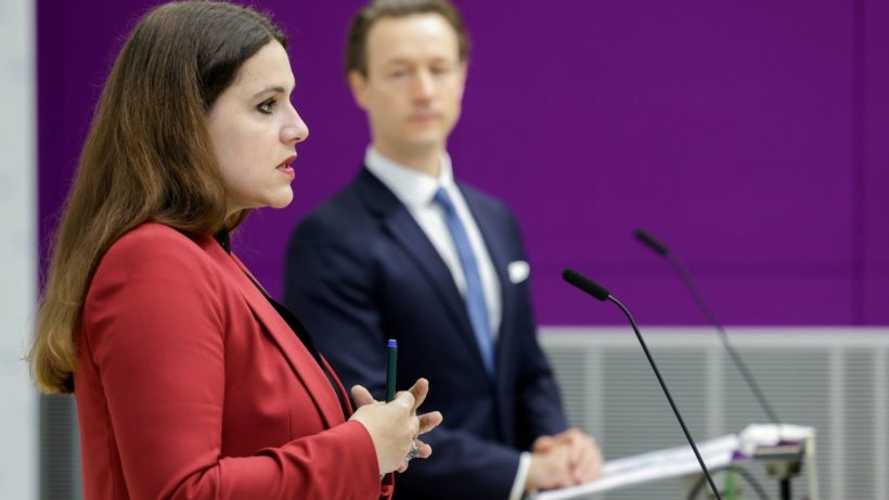 Monika Köppl-Turyna (Eco Austria) und Finanzminister Blümel (ÖVP). © BMF/Wenzel