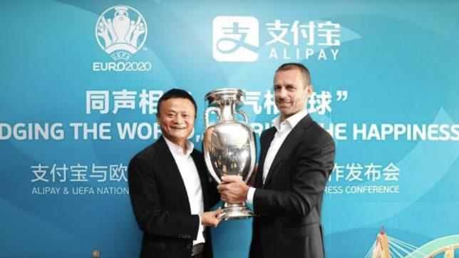 UEFA-Präsident Aleksander Čeferin und Jack Ma, Vorstandsvorsitzender der Alibaba-Gruppe, mit der EM-Trophäe. © UEFA