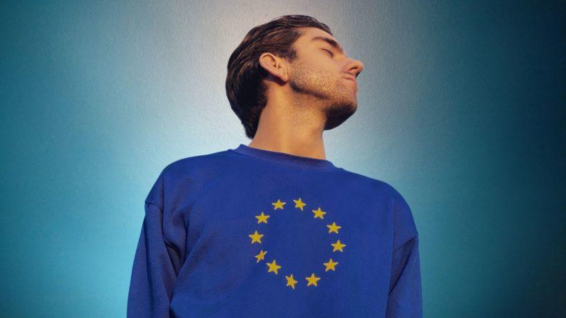 Mann im EU-Pullover. © Henri Lajarrige Lombard on Unsplash