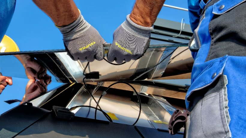 Installation eines Solar-Panels. © Ricardo Gomez Angel on Unsplas