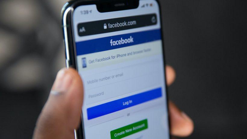 Facebook am Smartphone. © Solen Feyissa on Unsplash