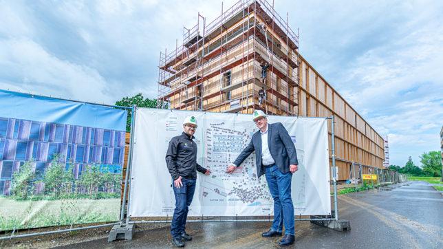 Thomas Grassauer, Leiter Dynatrace Softwareentwicklungs-Lab Klagenfurt, und Bernhard Lamprecht, Geschäftsführer Lakeside Park, vor dem neuen Dynatrace-Gebäude © Daniel Kattnig
